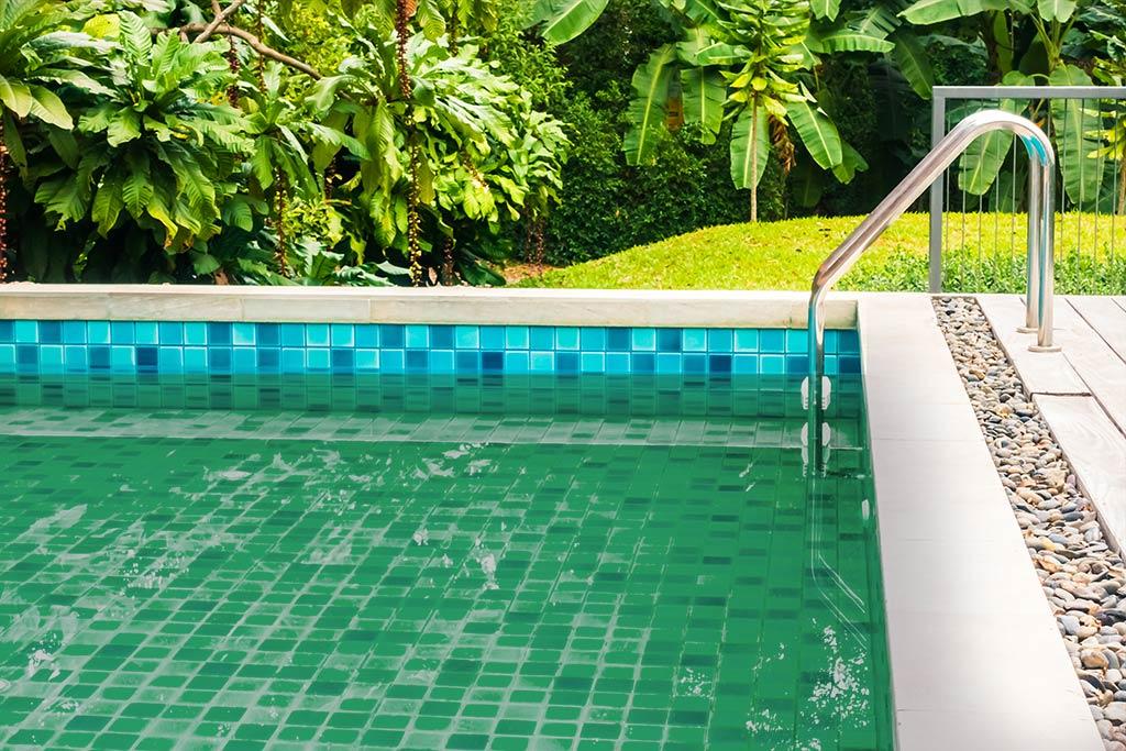 É Seguro Nadar em Piscina com Água Verde?